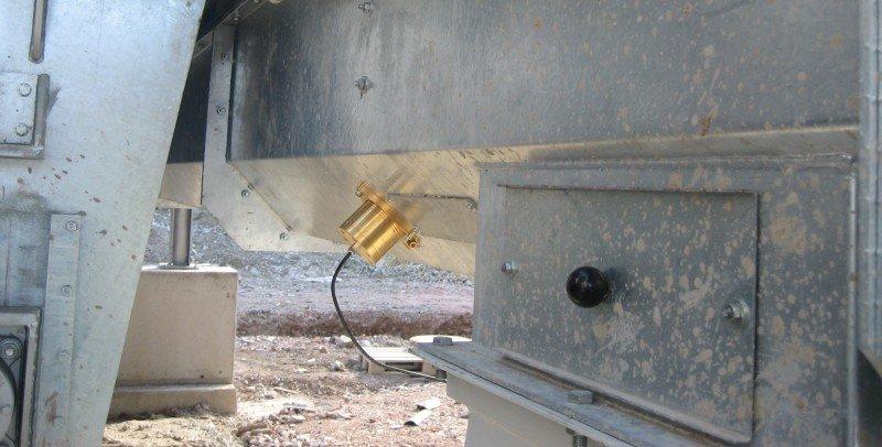 Instalace čidla vlhkosti do existujícího šnekového dopravníku ke stanovení vlhkosti produktu v pilinách.
